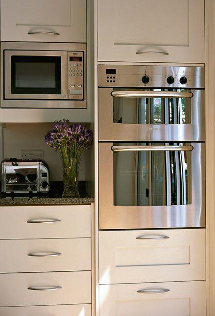 Acqua e aceto per il forno a microonde. Ponete nel forno un contenitore con acqua e aceto, accendete alla massima temperatura per almeno 2 minuti. Asciugate con un panno e il microonde sarà splendente.