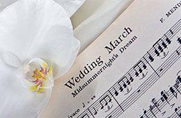 Bröllopsmusiken förhöjer stämningen.