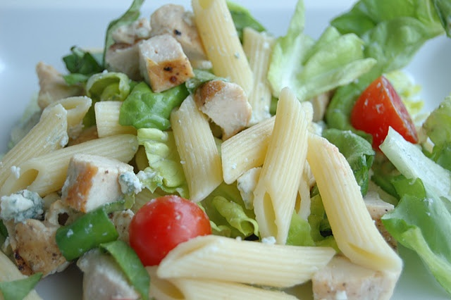 chicken & pasta salad. easy friggin' peasy and would be awesome on a summer day or on a picnic. mmmm! <3