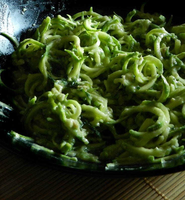 la mia cena di stasera...spaghetti di zucchine con pesto vegan di avocado.