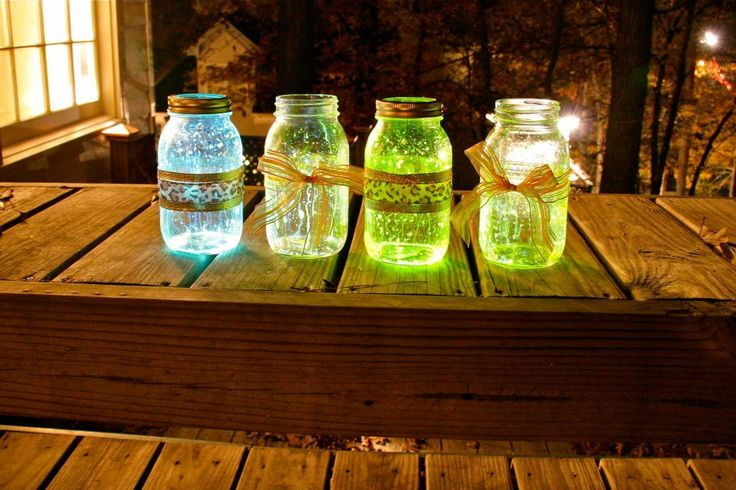 mason jar with glow up lights - break the glow stick in two and dump the contents inside the jar: Glowstick, Glow Sticks, Dark Jars, Glow Jars, Jars Ideas, Sticks Lanterns, Glow In The Dark Mason Jars, Diy Projects, Crafts