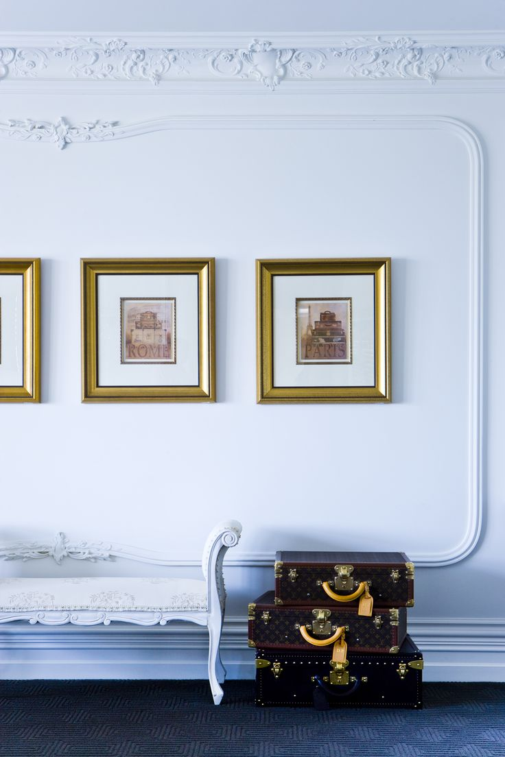 Wall mouldings for seating room