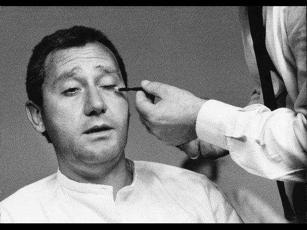 """Alberto Sordi al trucco sul set del dilm """"Il disco volante"""" (1964) di Tinto Brass.Fotografia di Ugo Mulas"""