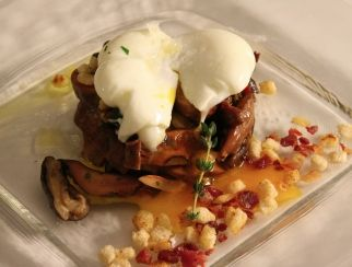 Esta receta de huevos trufados con salteado de setas no dejará a nadie indiferente en la mesa