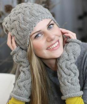 Несложный комплект спицами для женщин, выполненный из довольно толстой шерстяной пряжи. Вязание шапки и митенок осуществляется по схеме рельефного...