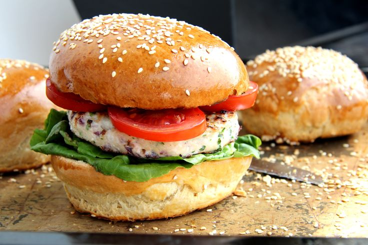 Pulykaburger recept: Egy sovány hamburger pulykahúsból. Természetesen csirkéből is készítheted. Nem túl fűszeres, nagyon ízletes!