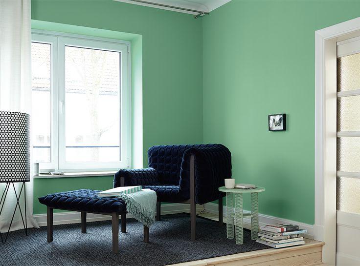 Alpina Feine Farben No. 09 – Flügel in Smaragd. Diese dynamische Nuance fällt durch ihre spritzige Präsenz auf und schafft so Oasen raffinierter Extravaganz. Spektakulär wird es, wenn z.B. auch die Decke in diesem Ton gestrichen wird – mit opulenten Möbeln fast aristokratisch. #Design #DIY #Farbe #Einrichten #Wohnen #Inspiration #Wandgestaltung #Premium #Innenfarbe #grün #Wohnzimmer