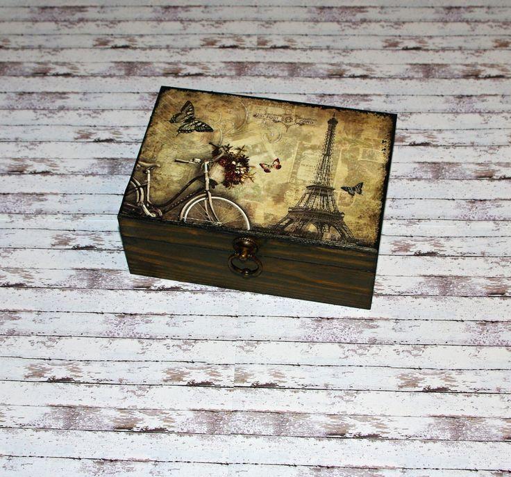 Paříž+za+starých+časů+Dřevěná+krabička+o+rozměrech+cca+20+x14+cm+a+výšce+8+cm.+Krabička+je+lazurovaná+-+odstín+vlašský+ořech,+ozdobená+technikou+decoupage+(rýžový+papír),+lehce+patinovaná+a+doplněná+zapínáním.+Následně+přetřena+lakem+s+atestem+na+hračky.