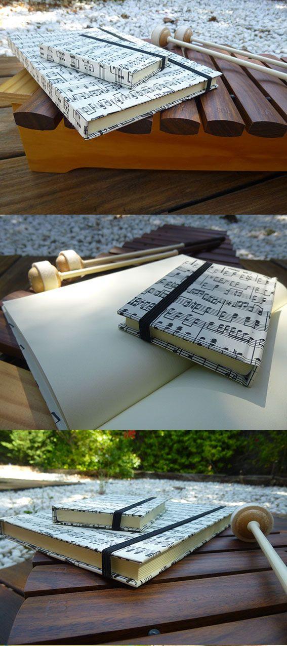 """Cuaderno """"NOTAS MUSICALES"""":  3 Tamaños disponibles: 21x14,5 cm(80 hojas), 15 x 10 cm (72 hojas) y 10,5 x 7 cm (64 hojas). Características: Las hojas son de papel crema satinado sin rayas. Por ser artesanal, cada producto se torna único. No hay dos iguales. Contacto: conlasmanos_handmade@hotmail.com"""