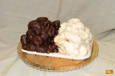 C'è un dolce a Messina che è qualcosa di eccezionale. E' la pignolata, chiamata anche pignolata glassata. Suppongo la facciano pure a