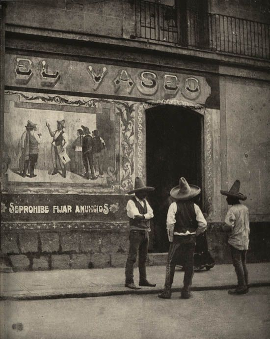 Durante el gobierno de Porfirio Díaz la ciudad se llena de restaurantes lujosos donde la  aristocracia tiene acceso a productos europeos y de los Estados Unidos.  En las pulquerías se bebe el espeso pulque destilado del maguey.  El Vaseo, una pulquería del centro