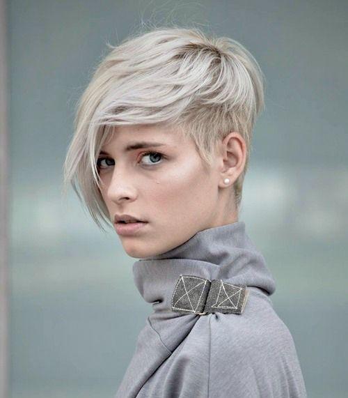 Veel korte pixies met licht blonde, platina blonde, zilveren en witte tinten