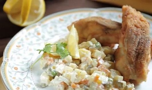 """Kluci vakci bramborový salát připravují vtelevizním pořadu ČT poměrně často. Ať už jako vánoční bramborový salát, nebo jako přílohu kvepřové panence nebo uzenému lososovi. Mezi jejich oblíbenější recepty se řadí ty bez majonézy, dle chuti a zvyklostí u vás doma si recepty na bramborové saláty dle Kluků vakci ale neváhejte upravit. """"Co česká domácnost, to originální bramborový salát,"""" říká Filip Sajler vpořadu Kluci v akci. """"To je pravda, protože občas má někdo problém s mrkví, někdo s…"""