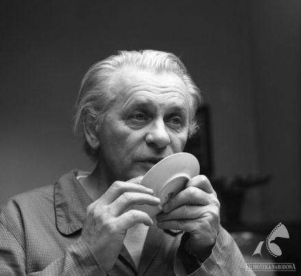 TADEUSZ ŁOMNICKI in Dom wariatów (dir. Marek Koterski, 1984).