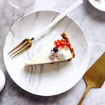 Encontré el proyecto perfecto para meterme a la cocina porque este Cheesecake con Base de Speculoos no necesita horno! Ahora donde voy a encontrar Speculoos por acá no sé, está cuesta arriba la cosa así que yo creo que Oreo? 🤤  La receta la encuentran en el blog! Link en mi perfil 👆🏻