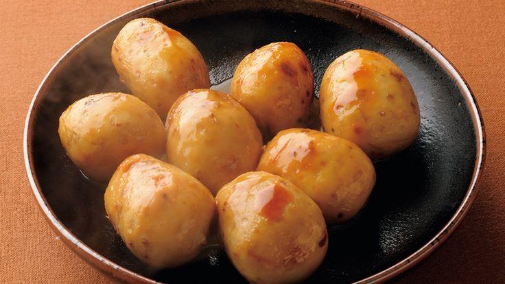 土井 善晴さんの里芋を使った「里芋の煮っころがし」のレシピページです。草花に冷たい露が宿る、寒露の候。日をおかぬとれたての芋は、ツルリと皮がむけます。芋だけを味わって、食べるおいしさは格別です。 材料: 里芋、A、サラダ油、しょうゆ