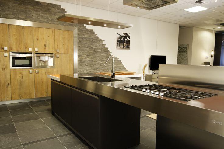 Design keuken met mooi RVS werkblad en  ingebouwde kastenwand met stoere echt houten fronten met noesten. Odink Keukens Tynaarlo, http://odinkkeukens.nl/