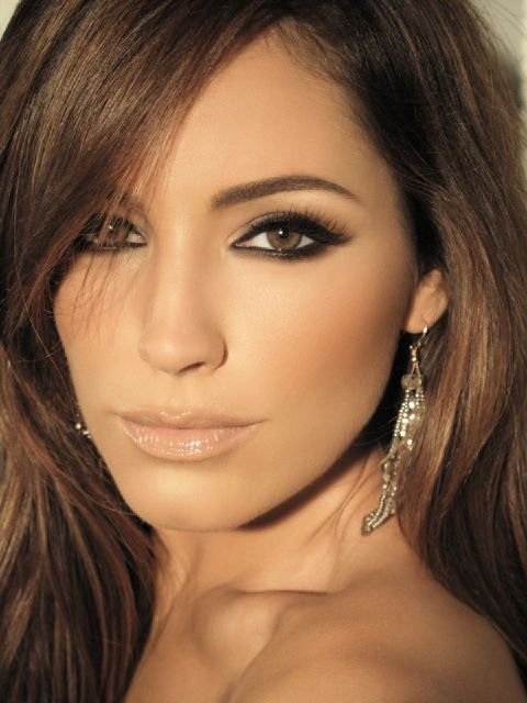 Bridal makeup: Smoky eye, strong brow, nude lips and glowy skin.