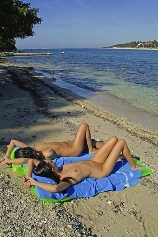Nackte Menschen auf Inseln