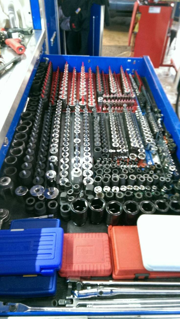 Who has a full socket set up and how is it organized for 4 box garage