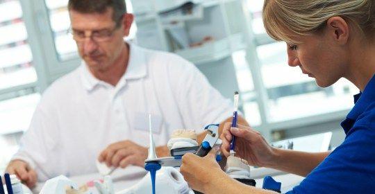 """Protezy zębowe często określa się jako """"trzecie zęby"""" i powinniśmy o nie dbać, by służyły nam przez lata. Oznacza to właściwe obchodzenie się z nimi, a przede wszystkim systematyczne i dokładne oczyszczanie. Informacje na temat używania oraz pielęgnacji protez lekarz przekazuje zawsze podczas odbioru gotowego uzupełnienia."""