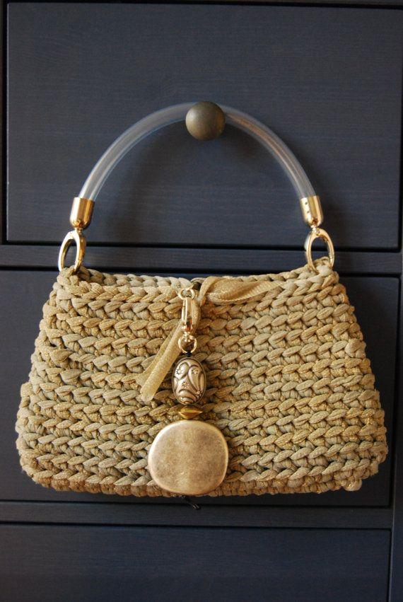 Elegante bolsa de oro y plata