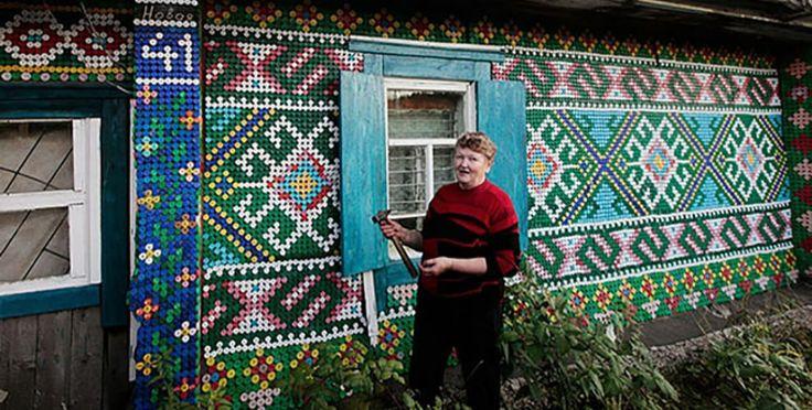 Una mujer rusa emplea 30.000 tapones de botellas para decorar su casa