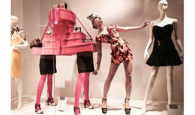 Φόρεμα Dsquared, καπέλο Evita Peroni, πλατφόρμες Jessica Simpson, Καλογήρου, κοσμήματα με πολύτιμες πέτρες Elle Amber. #welovewomen2014 #welovewomen_goldenhall