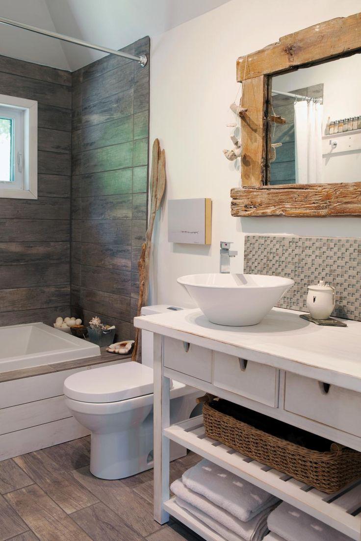 10- salle de bains avec céramique effet bois et miroir avec cadre en bois brut