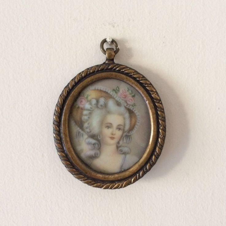 Vintage piccolo quadro / Quadretto con cornice in metallo placcato / Quadro con signora di salotto / Elegante signora con cappello di VintaFai su Etsy