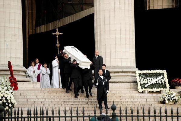 Des dizaines de milliers de personnes sont réunies à Paris pour dire adieu au chanteur mort mercredi. De nombreuses personnalités se sont succédé pour prendre la parole dans l'église de la Madeleine.