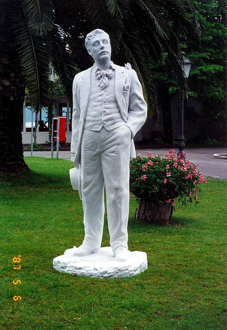 Nel 1996 realizza la statua di Giacomo Puccini in marmo bianco di Carrara, come dono della provincia di Lucca a Nagasaki http://musapietrasanta.it/content.php?menu=artisti