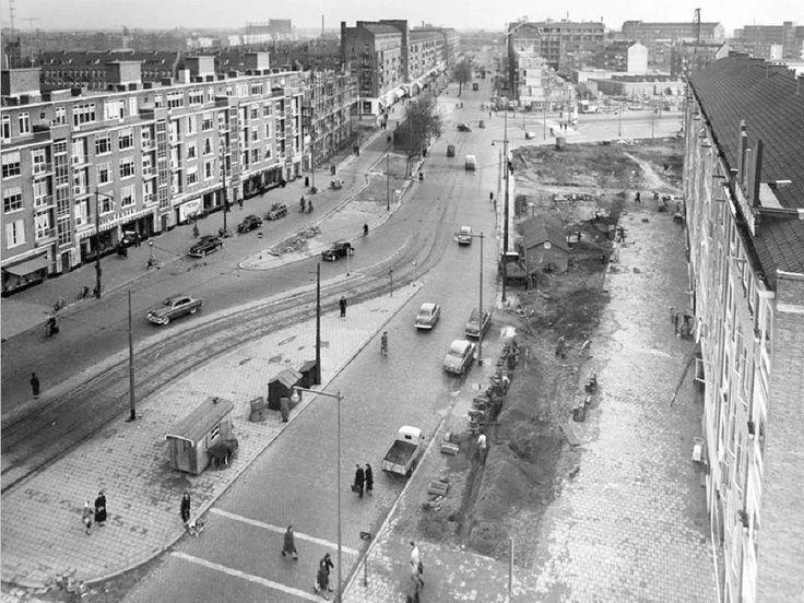 Goudsesingel, rechts de Mariniersweg, gezien vanaf het flatgebouw op de hoek met de Meent,1954.   Foto: Gemeentearchief
