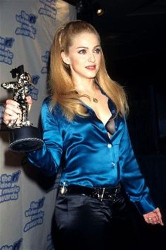"Madonna, 1995 yılında Madonna'nın MTV Müzik Ödülleri töreninde giydiği Tom Ford imzalı Mavi korse tarzı gömlek  ""zamansız kıyafetler"" arasına katılır.. / Madonna ... Joined Tom Ford's signed Blue Corset style shirt ""timeless clothes"" at Madonna's MTV Music Awards ceremony in 1995."
