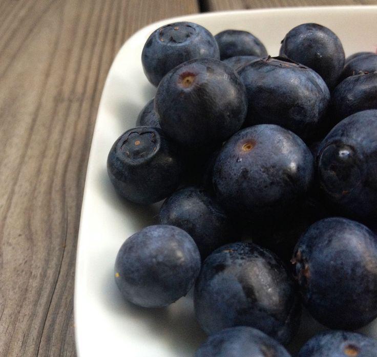 Nei, for blåbær er ikke 'bare' blåbær! Blåbærets egenskaper: Disse små blå er proppfulle av vitamin C og mange andre antioksidanter, og ligger faktisk på «Topp 10» over de mest antioksidantrike matvarene vi har (målt i forhold til en porsjon)! Antocyanin gir blåbæret den herlige mørkeblå fargen, og det er denne typen antioksidanter som kan