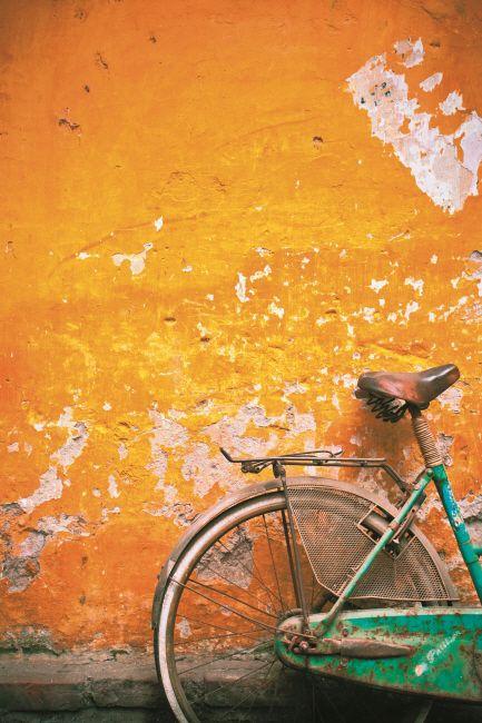 포토 스토리텔링의 기술 | 사진보정  녹색 자전거/노란 벽(Green Bike/Yellow Wall)   이 장면은 하노이에서 촬영했다. 대형 포맷으로 작업한 사진인데, 작은 사진으로 볼 때보다 훨씬 더 좋은 반응을 얻었다. 자전거와 벽면의 낡고 부식된 디테일과 밝은 컬러가 인상적인 콘트라스트를 이룬다. 하노이, 특히 구시가지에서는 주말 내내 수많은 자전거를 볼 수 있다. 이 장면은 하노이에서 가장 쉽게 접할 수 있는 소재를 찍은 것으로, 보는 사람들의 시선을 끌어당기기 위해 크게 두 가지를 보정하기로 했다. 하나는 따뜻하고 컬러풀한 색채감이고, 또 하나는 이와는 대조를 이루는 낡은 디테일이다. 시각적 언어라는 측면에서 여러분은 어떤 이미지를 말하고 싶은가? 그 답은 작업 이전에 갖고 있어야 하고 그래야 방향성을 잡을 수 있다. 이 이미지는 컬러와 텍스처와 형태에 관한 것으로, 이 요소들을 중심으로 이미지를 향상시키는 것이 내 목표다.