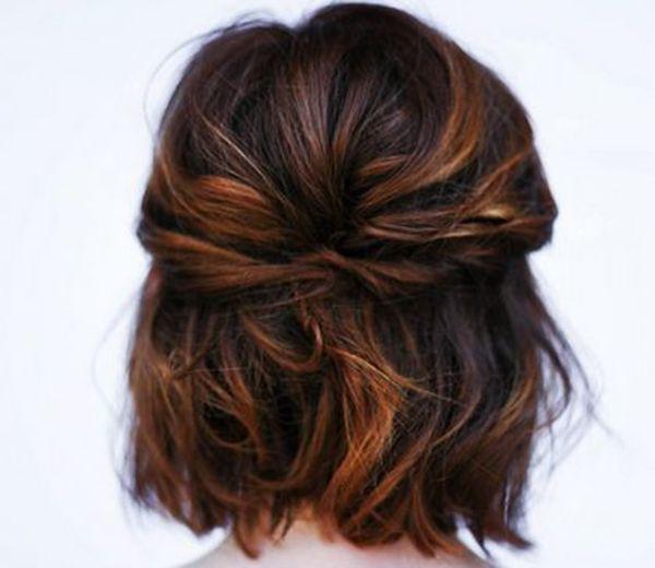 Voici 15 idées pour faire le plein d'inspiration pour un mariage. Focus pour les cheveux courts : Avec une demie-queue.