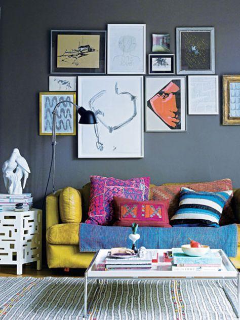 「日本で家を借りるときはきれいな状態で借りられますが、こちらでは前の人次第。その代わり、汚ければ自分たちで自由に壁紙を張り替えたり、色を変えたりしています。DIYはみんな結構得意です」(kayococcoさん/オフィシャルブロガー) 「パリジェンヌはときに自分で壁や棚の色を塗ったりするのもお手の物。部屋が彼女たちの内面なのですね」(安田薫子さん/ライター&エディター) 「好きな色のペンキで壁を塗ったり棚をつくったりと、自分で工夫して暮らしを楽しんでいる感じがとても好き」(ASAKOさん/「SUPERSTARS」ヘアアーティスト)…