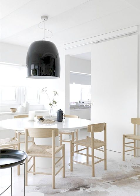 .: Dining Rooms, Kitchens Chairs, White Spaces, Black White, Pendants Lights, Round Tables, Black Lamps, Dining Tables, Sliding Doors