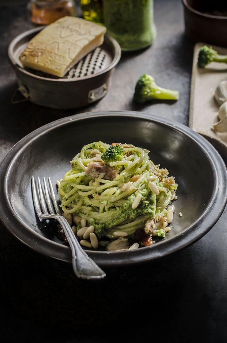 spaghetti al pesto di broccoli sarde e uvetta1