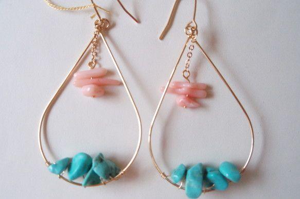 しずくピアスのトルコ石とピンクサンゴを組み合わせて色鮮やかなピアスにしました。ゴールドの華奢さがおとなかわいいですよ♪素材:真鍮・サンゴ・トルコ石 ハンドメイド、手作り、手仕事品の通販・販売・購入ならCreema。