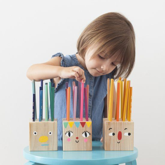 These easy and silly Pencil Holder Heads can be made by drilling a few holes into a simple block of wood and some painted faces!-// Bastelideen für die Einschulung - #basteln #kinder #Einschulung #Bastelideen #minidrops