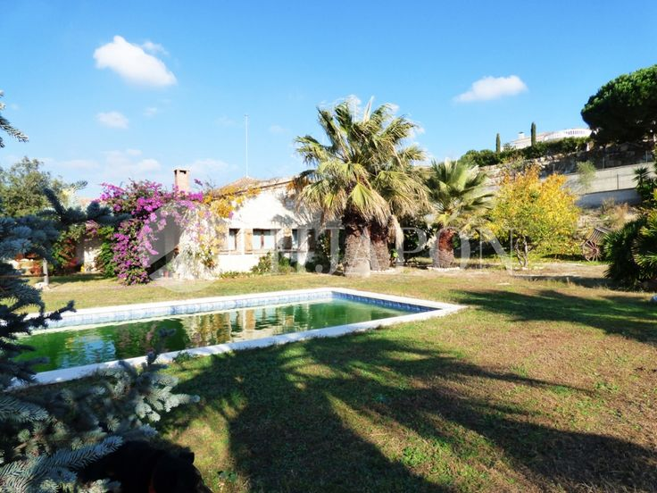 An exclusive, rustic-style property, for sale, that offers peace and tranquillity, and sensational views of the seaside and the city of Barcelona