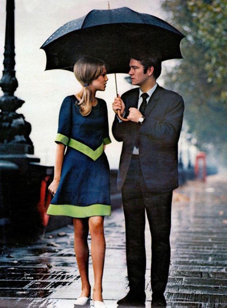 Una coppia alla moda sotto la pioggia di Londra (1963).