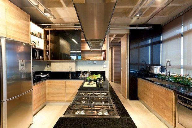 Cozinha com ilha central com pia e cooktop com suporte para coifa em todo balcão