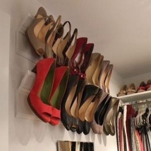 Fixez des corniches pour les utiliser comme rangement pour vos chaussures à talon.