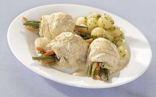 Scholrolletjes met mosterdsaus, heerlijke rolletjes gevuld met verse knapperige groenten uit de oven. Overgoten met een mosterdsausje, bekijk het recept!