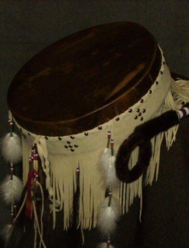 Trummor - trumma i naturmaterial med olika dekorationer såsom fjädrar,pärlor och…
