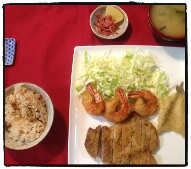 夕ご飯:鮭とシメジの炊き込みご飯、エビフライ、トンカツ、キスフライ、せんキャベツ、香の物。