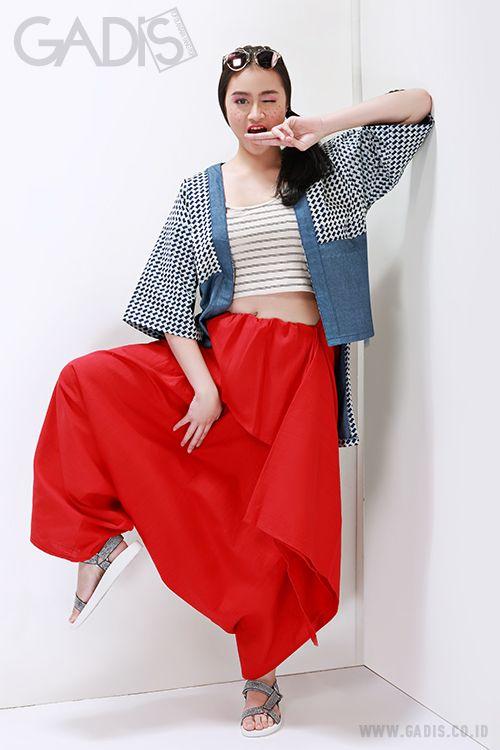 Potongan asimetris yang simpel dan modern pada outfit, bisa menjadi statement look kamu di weekend ini.